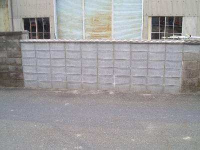 破壊され、再生されたブロック塀