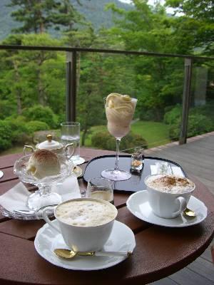 アゼリアテラス席でサーブされたお茶と庭園