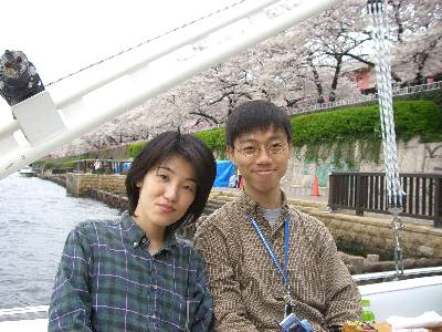船上で桜を背景に記念撮影