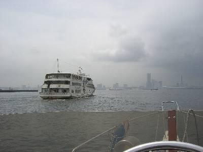 マリーンシャトルの後について横浜港へ進む