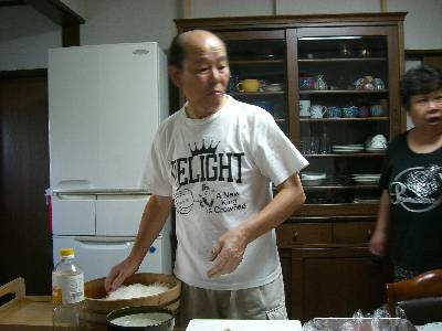 寿司を握る父