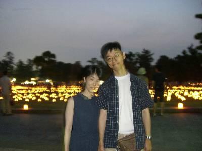 燈花会を背景に記念撮影