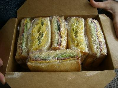 お弁当らしくボックスに納まったサンドイッチ
