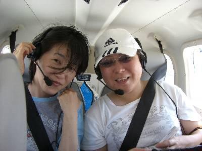 後席に乗る姉と妻