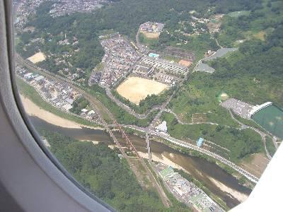 見下ろすと大和川、JR 大和路線が見える
