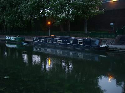 Abbey Backwater の港に停泊するカナルボート