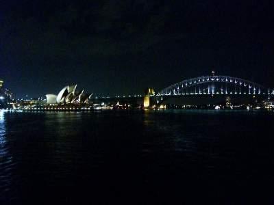 船から見るハーバーブリッジとオペラハウスの夜景