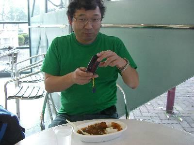 カレーライスを食べる中村さん