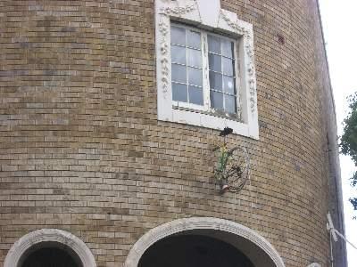 建物から生えた自転車