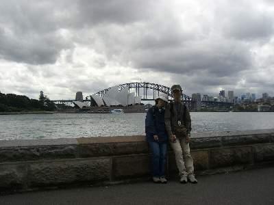 オペラハウス、ハーバーブリッジを背景に記念撮影