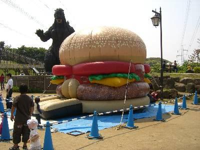 ハンバーガー型ふわふわとゴジラ型滑り台