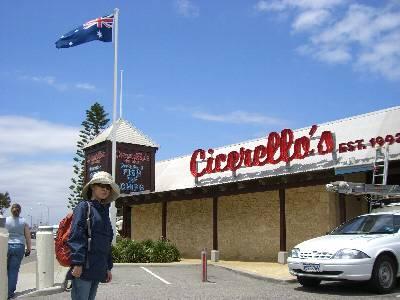 チセレロズ Cicerello's 前で記念写真に収まる妻