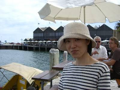 海辺のテラスを楽しむ妻