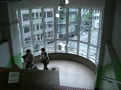 昭和モダンの印象を受ける階段