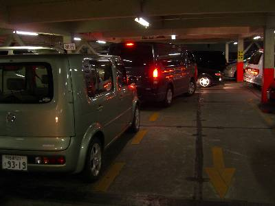 大渋滞の駐車場内通路