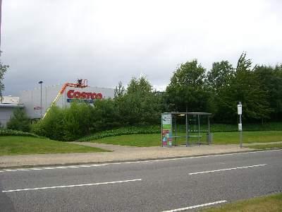バス停のすぐ前に建つコストコ