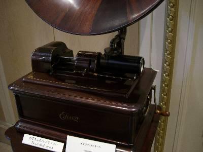 演奏中のエジソン式蓄音機