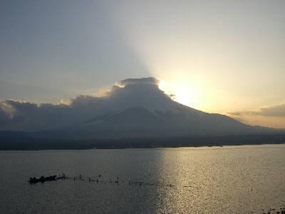 富士山に隠れた夕日