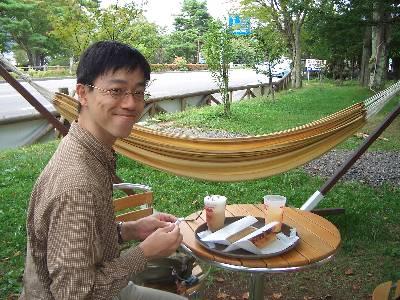 ハンモックカフェで昼食を食べる奥村