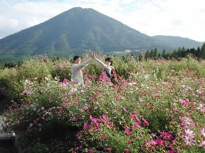 夷守岳 (ひなもりだけ) を背景にコスモス畑で遊ぶ