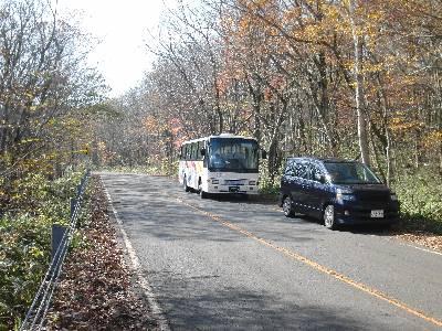 自然観察会出発地点に停まるバス