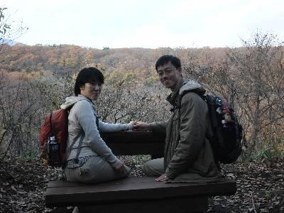 清森亭の天皇陛下が使われる椅子に座って記念写真