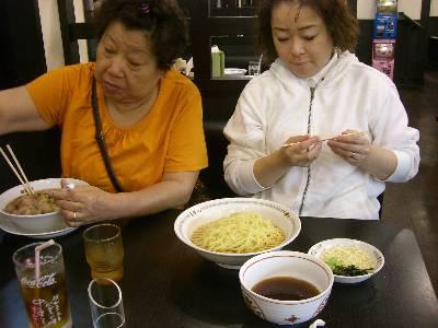 食事中の母と姉