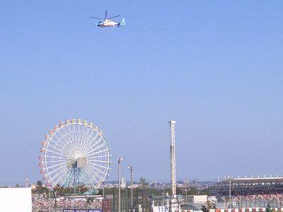 低空飛行する空撮ヘリコプター