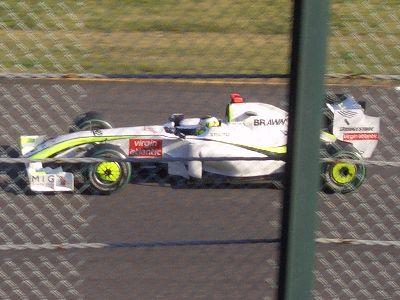 セーフティーカーでスロー走行中のブラウン GP (車載カメラ部が赤いのでバトンのはず)