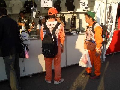 買い物を楽しむマーシャルの人たち