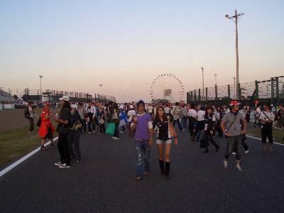 国際レーシングコースを歩く観客たち