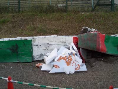 クラッシュで破壊された ING の看板