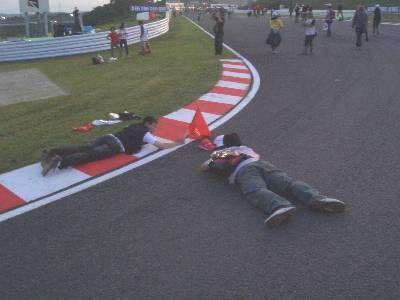コースに寝て写真を撮る人