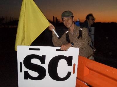 黄旗と SC のボードを持って記念撮影