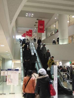 京都伊勢丹の直線上に配置されたエスカレーター