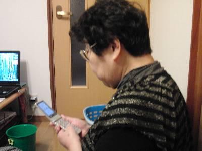 携帯電話の新機種と格闘する母