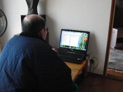 パソコンを操作する父