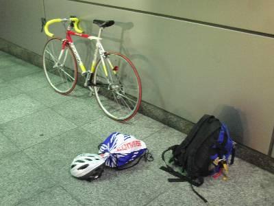 オフィス前で自転車組み立て