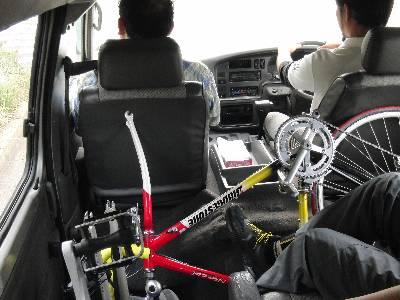 無理やり自転車 4 台と人間 5 人を積んだ宿の車の車内