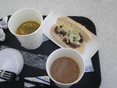 ヌードルスープチキン、フィリーズチーズステーキサンド、コーヒー