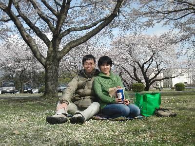桜を背景に記念撮影