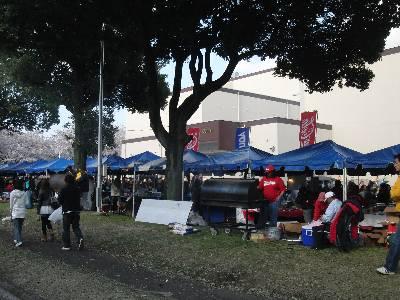 売店テント並びの裏側