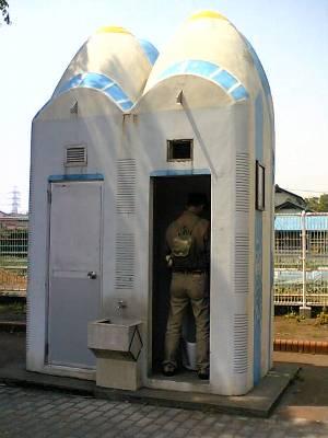 新幹線トイレ「小」を利用中の奥村