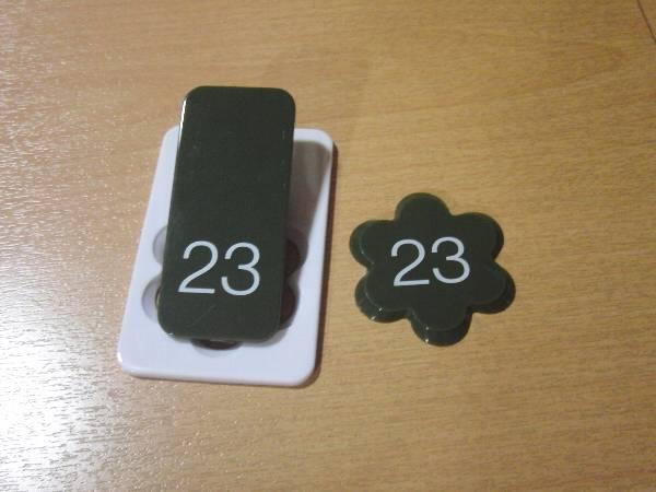 クロークチケット (左のクリップをスリッパにつけ、右の番号札を浴室へ持っていく)