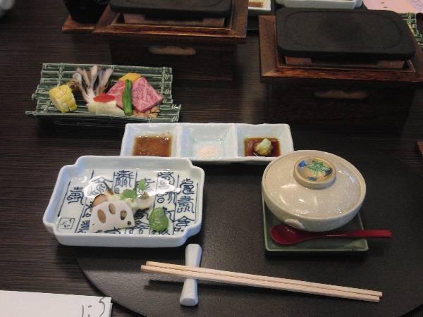 焼物 (左の皿 - 鱸 (スズキ) 香草風味 - 酢蓮根、蚕豆蜜煮)