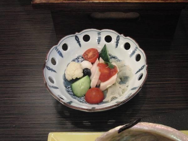 酢物 (地鶏酒蒸し - プチトマト、ブルーベリー、カリフラワー、長芋、胡瓜、トマトジュレ掛け、美味酢)