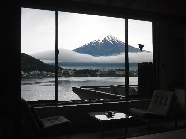 湖山亭うぶやさん客室から見た富士山 (引き構図)