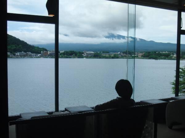 ラウンジから雲に隠れた富士山を眺める