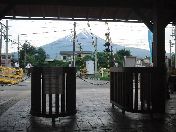 改札口の先に富士山
