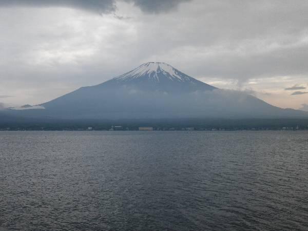 山中湖北岸長池親水公園から見る夕暮れの富士山